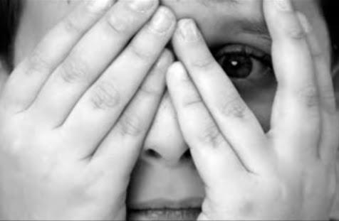 0-escandalo criança maos rosto